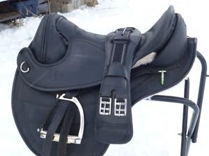 ALMOST NEW BAREFOOT TREELESS SADDLE
