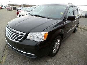 2013 Chrysler Town & Country Touring !!