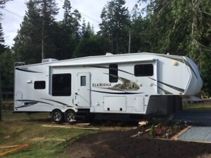 2011 - 5th Wheel trailer - 2 Sliders  -  Like New Condition
