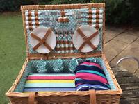 Wicker picnic/hamper basket