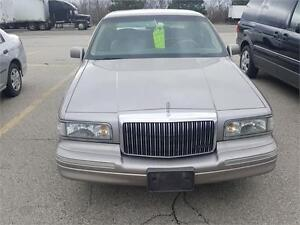 1995 LINCOLN TOWN CAR SIGNATURE SERIES BROWN WITH TAN LEATHER