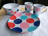 Plastic plates/mugs and bowls x2