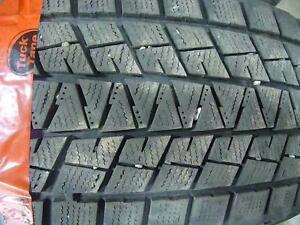 2 pneus d'hiver 235/60/18 Bridgestone Blizzak DM-V1, 40% d'usure, 6-8/32 de mesure