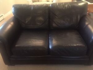 2 LEATHER LOVE SEATS & MATCHING OTTOMAN *FREE DELIVERY