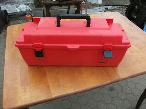 a vendre caisse a outil en plastique+cones rouges+rateau feuille