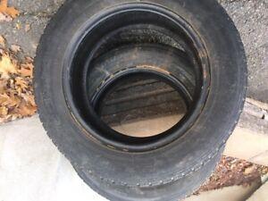 2 pneus   hiver  15  pouces    195 65 r 15   TOYO  encore  bon