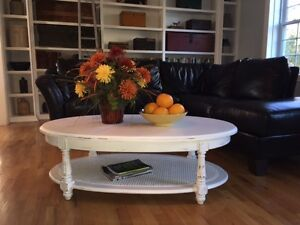 White Oval Wood Shabby Chic Coffee Table = BEAUTIFUL West Island Greater Montréal image 2
