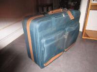 Valise (NATIONAL LUGGAGE) très propre comme neuve. Une petite ég