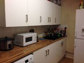a double room with a private balcony In Mile End with amazing Canary Warf view
