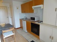 EARL'S COURT-SINGLE Studio with open plan kitchen and en-suite shower/wc. FREE WIFI and SKY TV