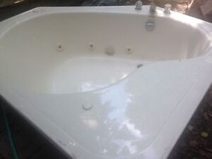 Corner Jetted Tub, Good Condition - Needs a pump