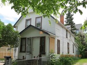 Very Clean Five Bedroom house on Alfred Ave available for rent