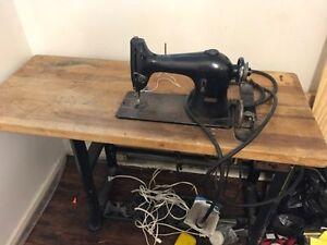 antique singer sewing machine / machine à coudre Singer,