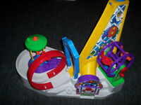 Parc d'attraction Fisher Price avec 2 voiturettes