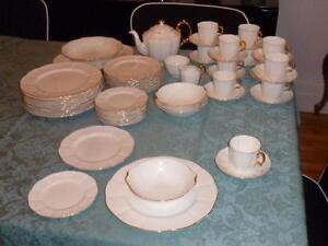 Luxueuse vaisselle Royal Albert ROA8 England. Set de 12 (046)