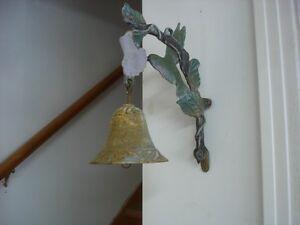 Ancienne cloche murale en fonte