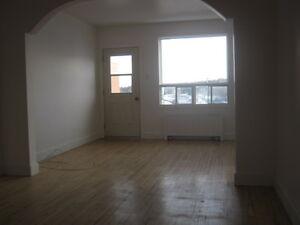 Beau grand appartement chauffé-éclairé.