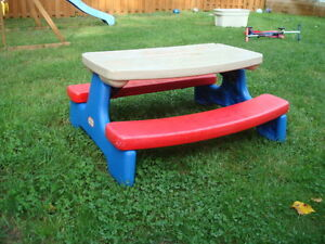LITTLE TIKES CHILDRENS PICNIC TABLE