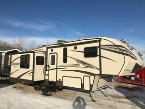 2016 Crusader Lite 27RK 32' fifth wheel camper
