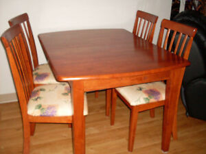 Set de cuisine..  table de 48 '' long X 36 '' large plus rallong