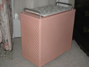 REDUCED! VINTAGE PINK RETRO ORIG LAUNDRY HAMPER, MINT COND