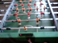 FOOTBALL TABLE. RED AND YELLOW PLAYERS. 2 SCORE BOARDS. 3 FOOTBALLS. GOOD CONDITION.