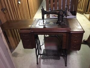 Antique Sewing Machine (cira 1921)