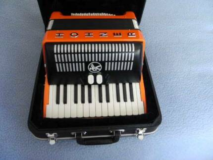 PIANO ACCORDION HOHNER BRAVO ll 48 BASS WITH CASE