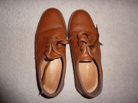 Pair of men's tan lace-up bowls shoes size 7