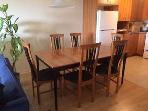 table de cuisine avec 6 chaise