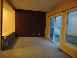 BRIGHT& SPACIOUS PET FRIENDLY NORTHEAST 3BEDROOM TOWNHOUSE AVAIL