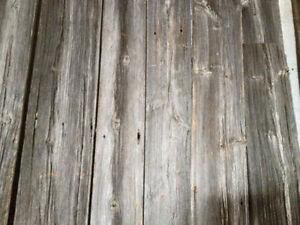 bois de grange, planche grise, brune, madrier en entrepot