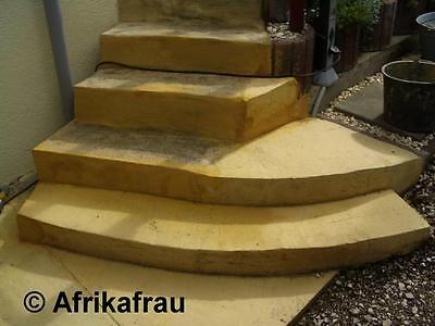 Treppe und Weg mit eingefärbten Beton, damit es aussieht, wie Lehm.