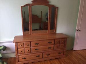 Set de chambre (4 bureaux, base de lit, miroir, 2 lampes)
