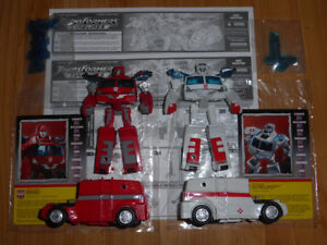 TRANSFORMERS BOTCON 2005 IRONHIDE & RATCHET EXCLUSIVES