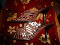 STRAPPY LEATHER HIGH HEELS SANDLES SIZE 4.
