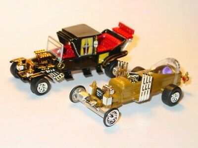 MUNSTERS KOACH & DRAGULA SET COLLECTIBLE DIORAMA FAMILY & COFFIN CAR -Gold/Black