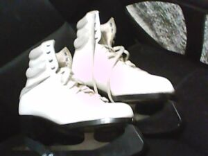 DAOUST ICE SKATES