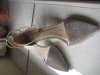 GOLD STUDDED STILETTO SHOES - SIZE 7 - 41 - AS NEW