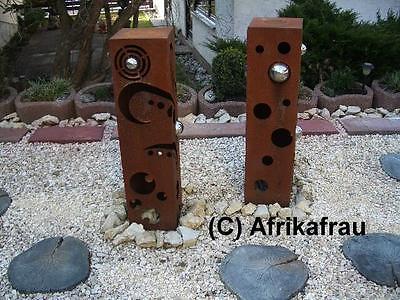 Metall - Schale auf einer selbstgemachten Gabionen - Säule hinter einer Sitzbank aus Pflanzsteinen