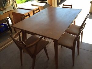 Contemporary Table and Chairs Stratford Kitchener Area image 2