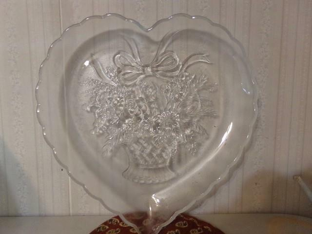 Vintage L.E. Smith Glass Valentne Heart Cookie Tray ~ Flower Basket Center