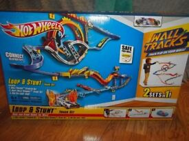 Hot wheels stunt and loop wall track £12 RRP £50