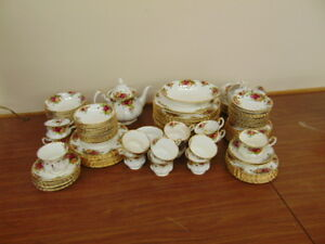 LARGE SET OF ROYAL ALBERT COUNTRY ROSE +SERVING ITEMS