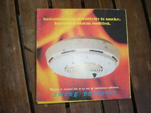 Battery-Operated smoke detector with mounting