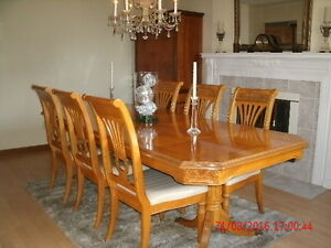 Beautiful Formal Dining set (6 chairs 2 leaves) Ex. Condition