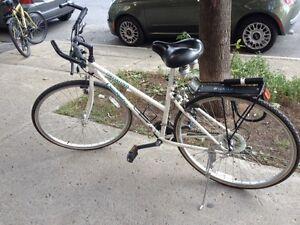 Vélo avec casque, lumières et cadenas