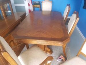 Large Oak Dinning Room Table with china Cabinet