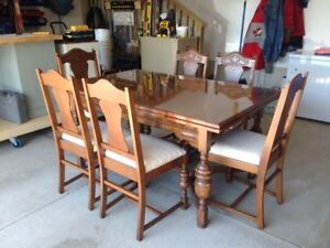 Lovely Dining Table & 6 Chairs