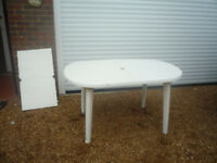 WHITE PLASTIC EXTENDING GARDEN TABLE